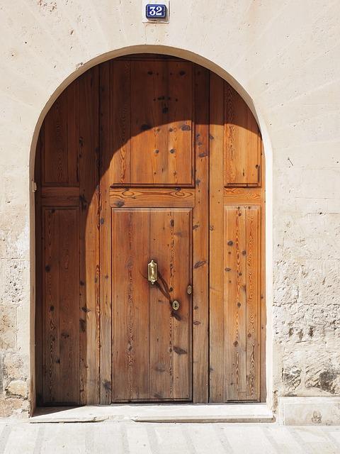Porte d'entrée en bois, à compléter d'un visiophone Legrand
